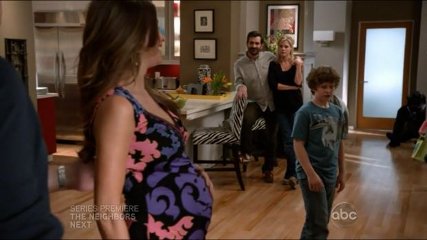 mf401 02 - [Review] Modern Family S04E01 [Bring Up Baby]